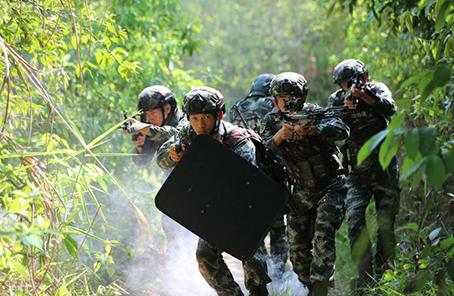 云南武警:特战队员热带丛林锻造反恐尖兵