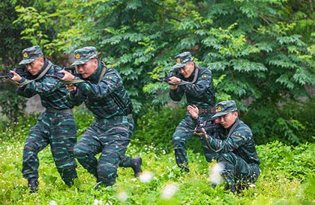 夏练三伏:武警官兵高温酷暑练精兵