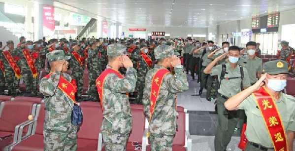 新兵老兵火车站相遇互致军礼 车站家长和工作人员掌声连连