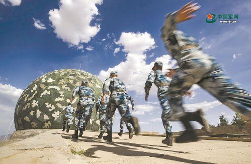 """无形战场织天网:空军雷达兵在看不见的战场与""""敌""""较量"""