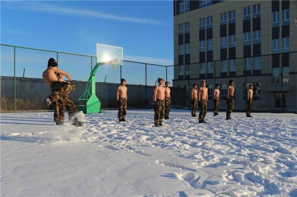 高清大图:严寒中,他们这样训练
