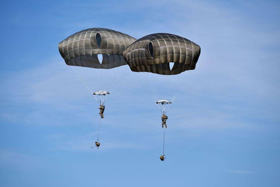 美军伞兵在意大利跳伞时出事 与教官缠在一起一死一伤-新华网