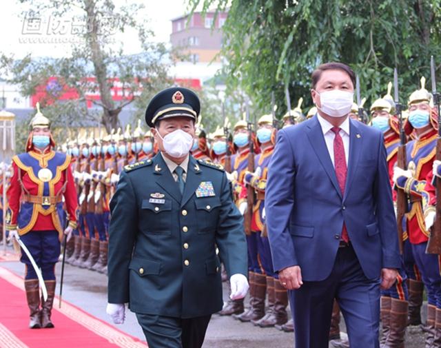 7月26日,正在蒙古国访问的国务委员兼国防部长魏凤和与蒙国防部长赛汗巴亚尔举行会谈。会谈前,赛汗巴亚尔为魏凤和举行欢迎仪式并陪同检阅仪仗队。 李晓伟 摄