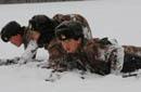 北疆女兵爬冰臥雪訓練