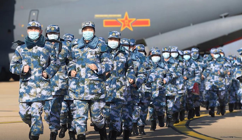 空軍第四次向武漢大規模空運醫療隊員和物資