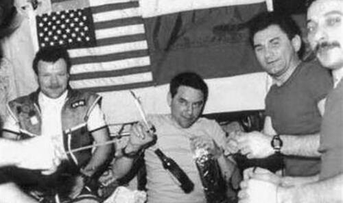 """加加林时代如何带酒上太空:有人一次""""走私""""12瓶"""