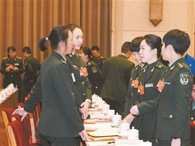 解放军和武警部队代表热议政府工作报告