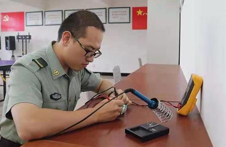 """""""技術控""""楊滿:從大學生士兵到提幹學員"""
