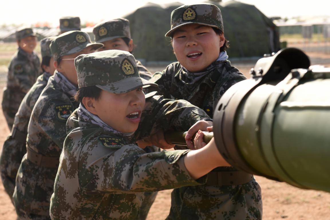 陸軍首批某新型主戰坦克女坦克手成長記