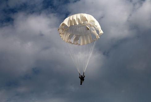 第83集團軍某旅組織低空跳傘訓練錘煉立體突擊作戰能力