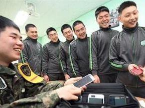 韓媒調查顯示:韓軍士兵認為使用手機好處多
