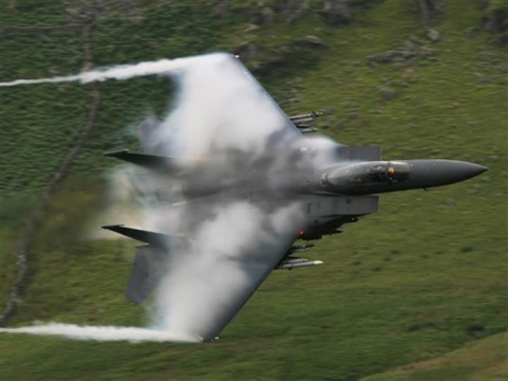 驚險一刻!兩跳傘員英格蘭上空險與美軍戰機相撞