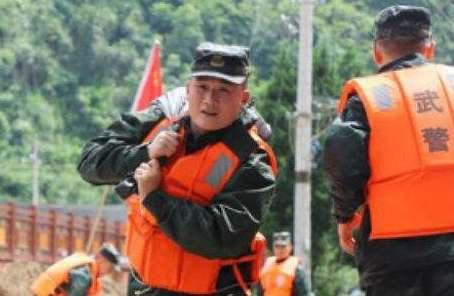 武警官兵持續奮戰多地洪澇災害搶險救援一線