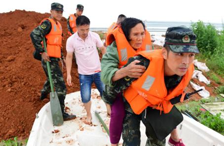 武警江西總隊緊急轉移鄱陽縣中洲圩潰堤被困群眾