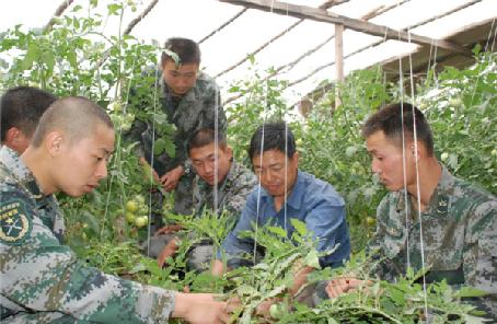 新疆軍區某火力團50多年扶貧幫困維護民族團結記事