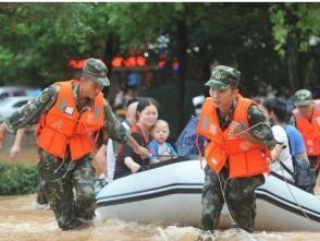决不落下一位群众!——武警官兵转移受困群众速记