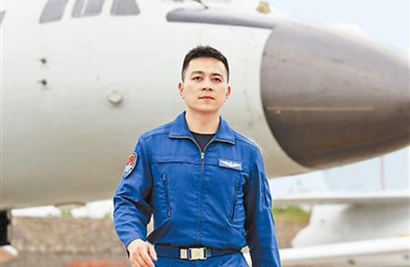 """空軍""""銳一代"""":駕駛""""轟-6K""""戰巡南海、亮劍西太平洋"""