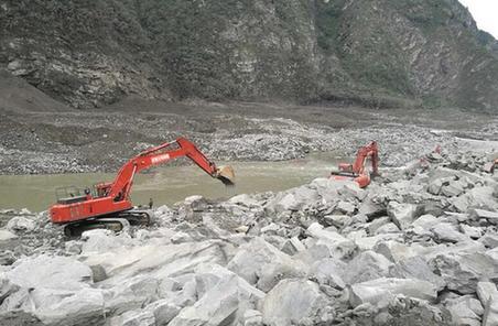 武警水電部隊大型裝備進入茂縣災情核心區展開救援