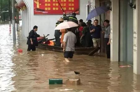 洪水突襲開化 民兵迅速出動救援