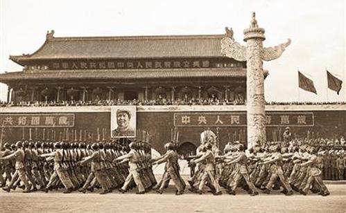 1949年10月1日,在北京天安门广场举行的开国大典阅兵,是新中国成立
