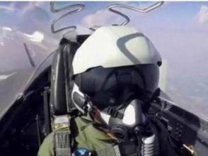殲20飛行員頭盔亮相閱兵:外形酷、內涵多
