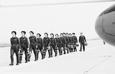 """""""玫瑰""""綻放——空軍第十批女飛行學員成長記事"""