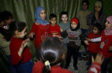 避难所里玩土的叙利亚孩子