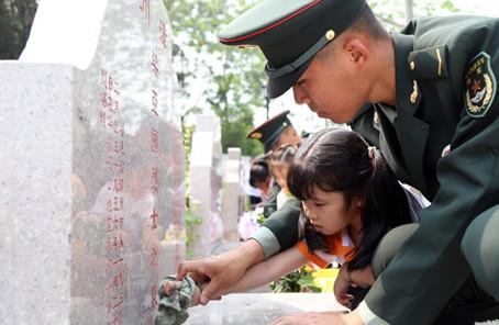 陆军部队以多种方式祭奠缅怀革命先烈