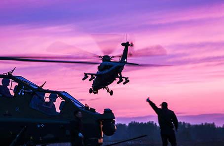 新疆軍區某陸航旅跨晝夜展開實裝實彈演練