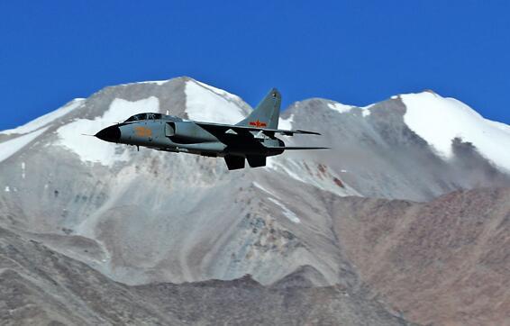 中秋 戰機巡航雪域邊防線