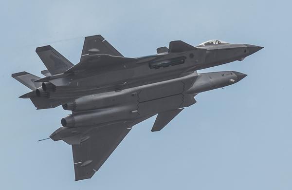 殲-20戰機挂彈開艙展示 震撼獻禮空軍成立紀念日