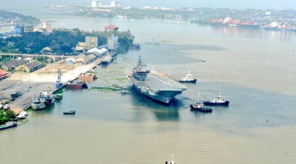印度首艘國産航母開始第二階段海試 離開碼頭時被曝留下疑似大片油污
