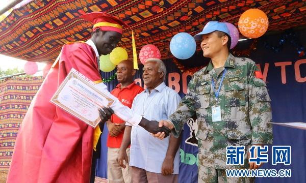 """""""中国与南苏丹像左右手一样友谊永存""""——中国维和工兵参加邓博斯克技术职业学院毕业典礼"""