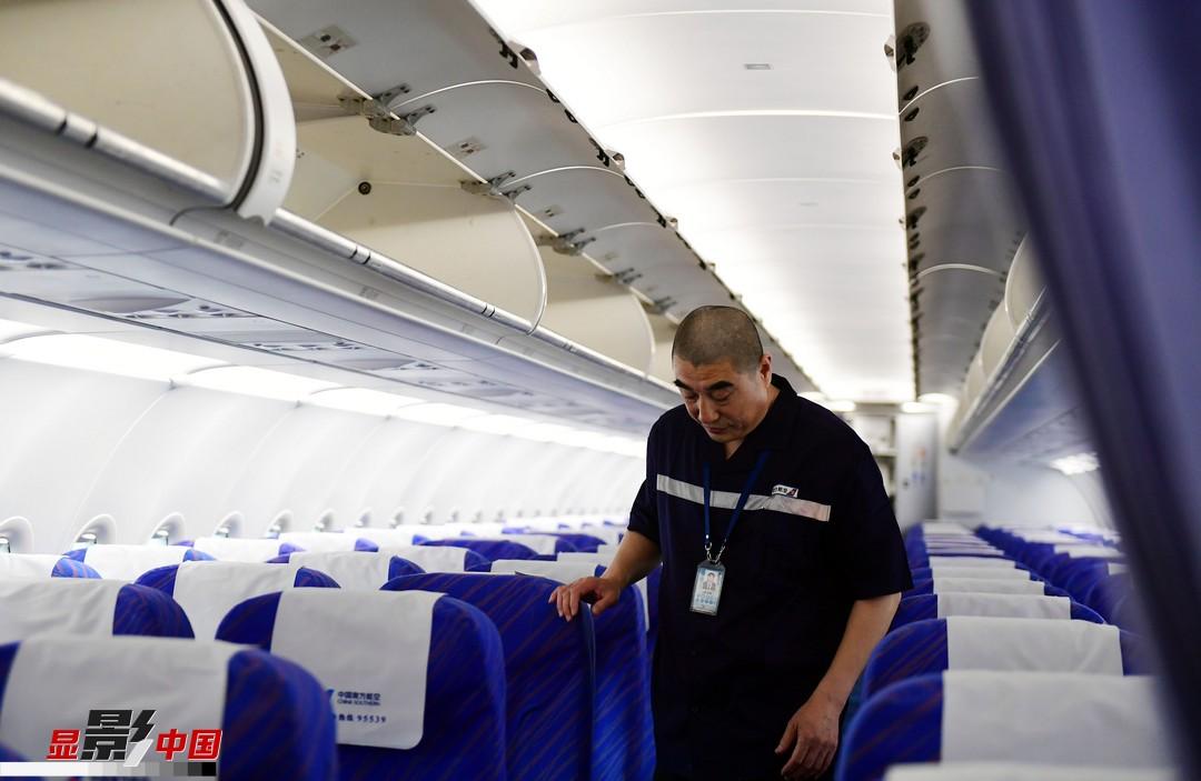 """6月11日上午,南航A320飛機停放在機庫內,吳向陽將和他的組員們對這架飛機進行為期7天的""""深度體檢""""。吳向陽是定檢員,負責的是""""機上""""部分,也就是客艙內維修。客艙維修項目很多也很雜,包括行李架、客艙座椅、乘務員座椅、緊急逃生、救生設備,吳向陽的工作是保證客艙內部每個角落安全、整潔,確保客艙環境。""""1982年,高中畢業后我就進入了部隊,成為了一名維護戰斗機的無線電機務兵,機務人員保障著戰友的生命安全和國家的財產安全,責任重大,經不起絲毫懈怠和馬虎。""""吳向陽回憶起最初與飛機結緣非常興奮。"""