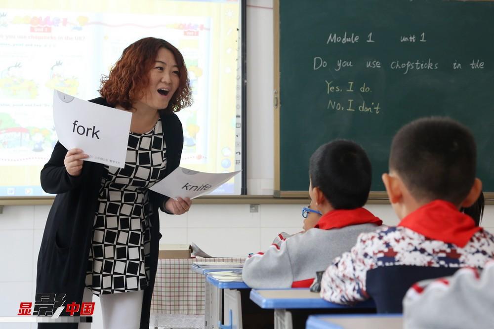 """异口同""""心"""" 17省市方言手语中的教师节"""