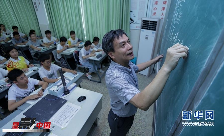 视盲教师张芸:失去视力后,他坚守讲台9年