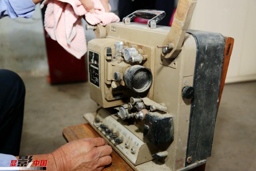 电影放映队刚成立时,使用的是胶片电影放映机,每次放映电影需要人工竖