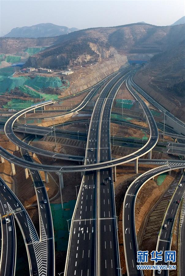 An aerial photo shows Bandaojing Flyover in Jinan, east China&amp;rsquo;s Shandong Province. Bandaojing Flyover is the largest flyover in Jinan, with the highest point up to 24 meters, covering an area of 478 mus. It came into service on Dec. 28, 2017. (Photo/Xinhua)<br/>