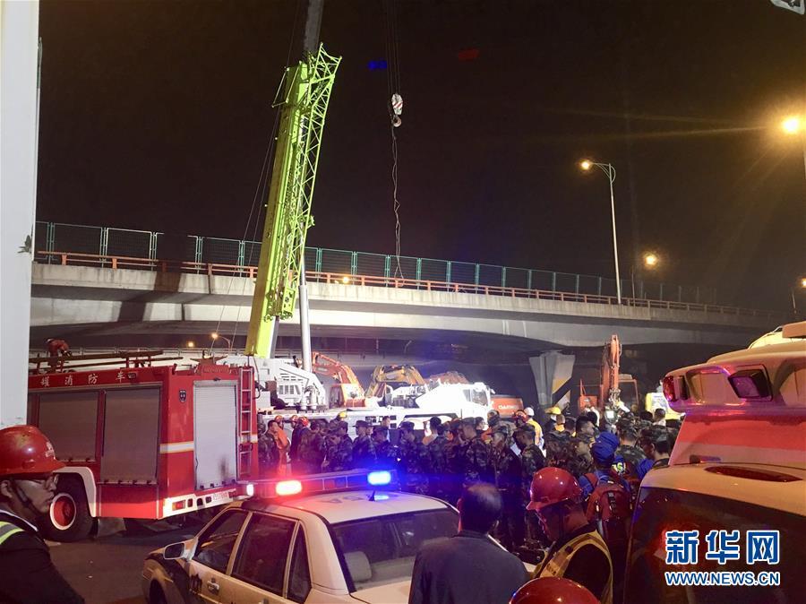 江苏无锡一高架桥桥面倒塌 三辆小车被压