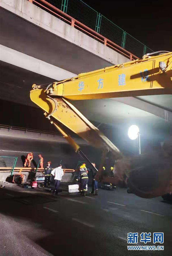 (突发事件)(3)无锡一高架桥桥面发生侧翻事故 三辆小车被压