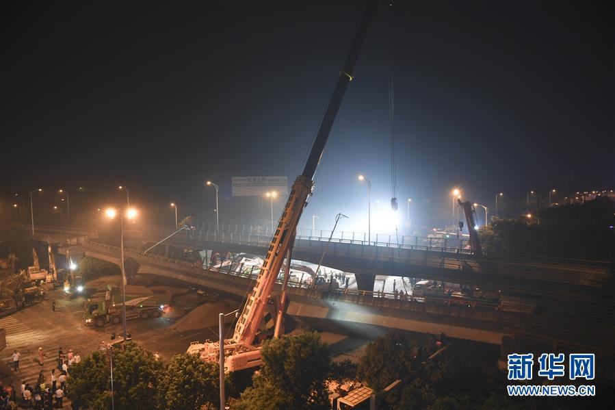 (突发事件)(4)无锡一高架桥桥面发生侧翻事故 三辆小车被压