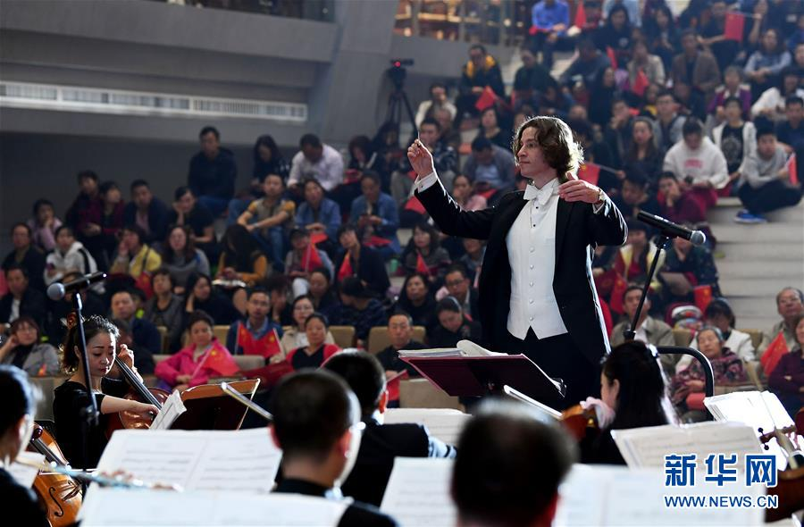 山西太原市图书馆举办交响音乐会
