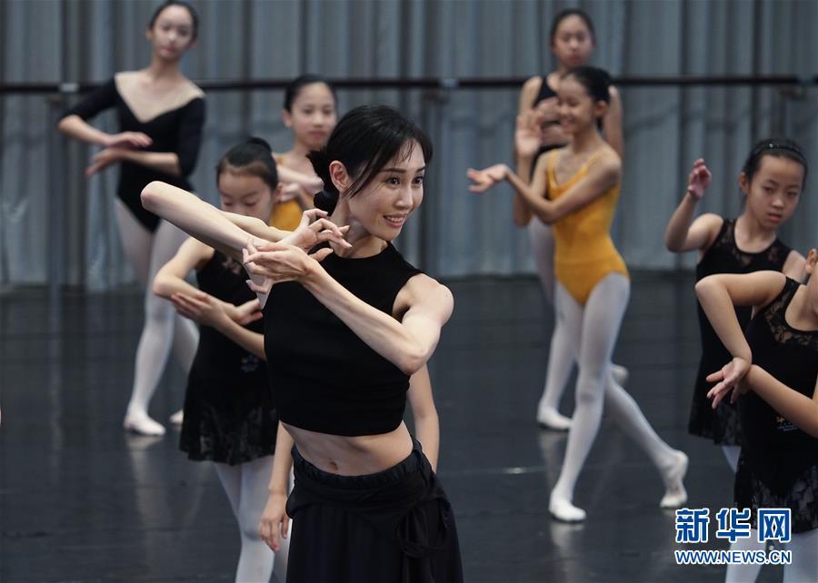 """(文化)(1)""""舞动十二小时""""活动在上海国际舞蹈中心举行"""