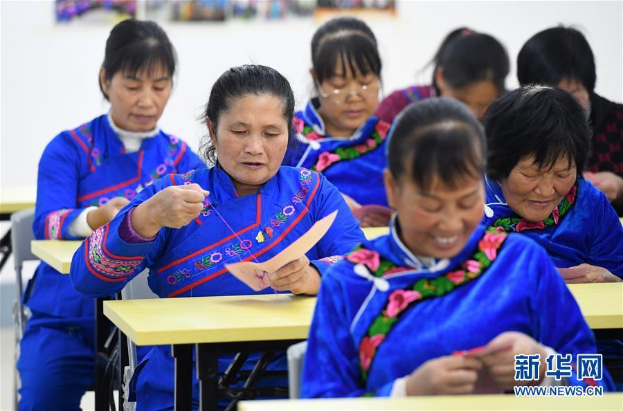 (社会)(2)广西罗成:学刺绣 促致富