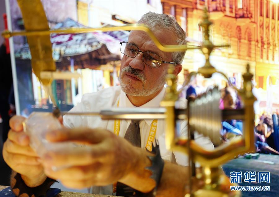 (第二屆進博會·人物)(1)玻璃雕刻師——捷克藝術家伊日·特薩