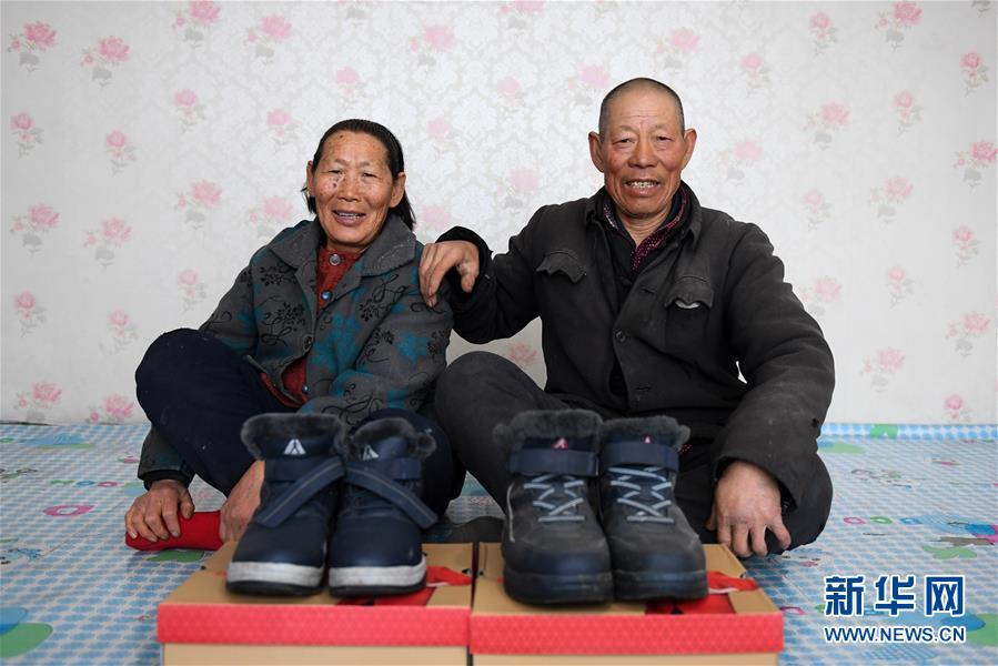 """(新春走基層·圖文互動)(1)""""老小孩""""穿新鞋過大年"""