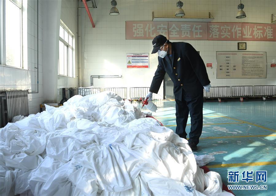 (聚焦疫情防控)(1)北京:加强列车卧具消毒 守护旅客乘车安全