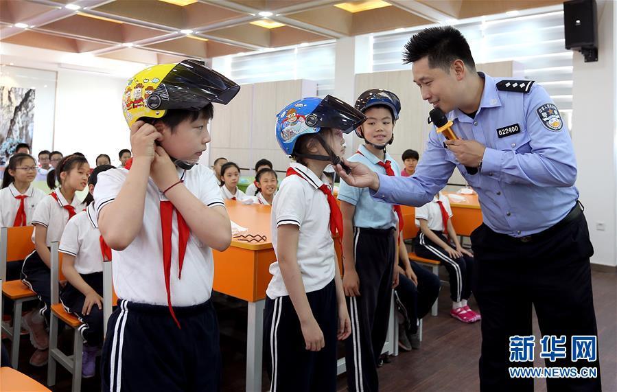 帶好頭盔(kui) 平安(an)上學