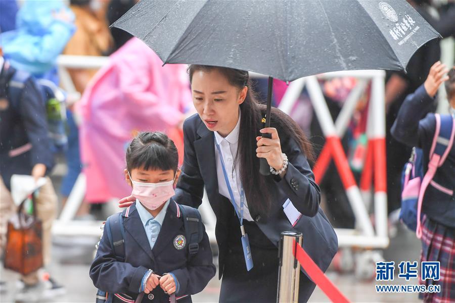(教育)(1)长春:雨中迎开学