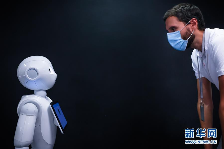 """(國際疫情)(1)機器人Pepper:""""今天你戴口罩了嗎?"""""""